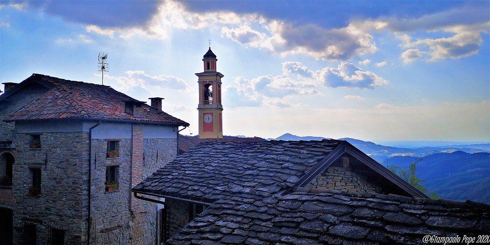La vista del campanile ed alcuni tetti